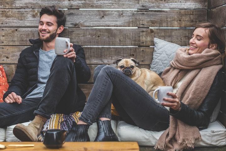 Par med hund i stuga